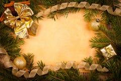 Gouden Kerstmisdecoratie op oud document Royalty-vrije Stock Afbeeldingen