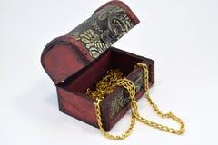 Gouden ketting in een oude boomstam stock foto