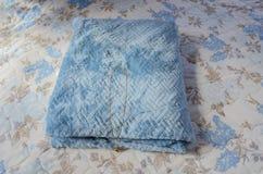Gouden Ketting op Blauwe Sjaal op Uitgespreid Bed stock afbeelding