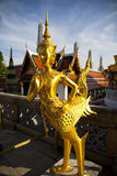 Gouden kinnon (kinnaree) standbeeld Stock Fotografie