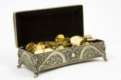 Gouden kist en gouden muntstukken Stock Afbeeldingen