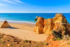 Gouden kleurenrotsen op het strand van Praia DA Rocha Royalty-vrije Stock Foto
