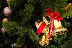 Gouden klok op de pijnboom Stock Afbeelding