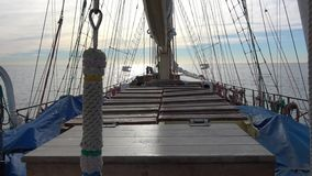 Gouden klok van lang varend lang schip die na het schoonmaken glanzen stock footage