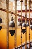 Gouden Klokken in Boeddhistische tempel, Wat Phra That Cho Hae, Phrae, T stock foto's