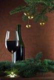Gouden klokken en rode wijn royalty-vrije stock fotografie