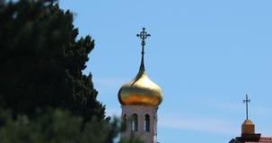 Gouden koepel van de Orthodoxe kerk stock video