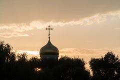 Gouden koepel van een kerk op een wolkenachtergrond stock foto
