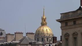 Gouden Koepel van Les Invalides boven de Daken van Parijs, Frankrijk stock footage