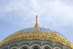 Gouden koepels St Nicholas Cathedral in Kronstadt royalty-vrije stock afbeeldingen