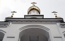 Gouden koepels van de Orthodoxe Kerk tegen de hemel royalty-vrije stock afbeeldingen