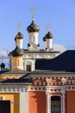 Gouden koepels van Rusland. Koepelbeklimming van de woestijn van David - een functionerend klooster in het gebied van Moskou. Stock Fotografie
