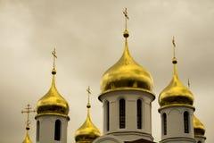 Gouden koepels van Russische Orthodoxe Kerk Beroemde wijngaard Kanonkop dichtbij schilderachtige bergen bij de lente Royalty-vrije Stock Foto's