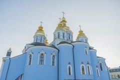 Gouden koepels van St Michael Cathedral in Kiev, de Oekraïne St Michael gouden-Overkoepeld Klooster - beroemde kerk complex in Ki stock foto