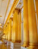 Gouden kolommen in het de Winterpaleis, St. Petersburg stock afbeelding