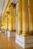 Gouden kolommen in het de Winterpaleis, St. Petersburg stock afbeeldingen