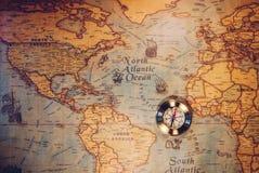 Gouden Kompas en de Kaart Reis en Navigatiethema Kaartgebruik stock afbeeldingen