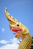 gouden Koning van Nagas op de hemel Royalty-vrije Stock Foto