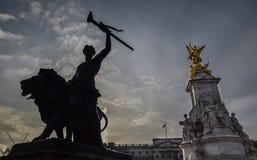 Gouden Koningin Victoria Memorial Statue Silhouette Stock Afbeelding