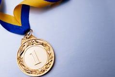 Gouden Kop op een donkerblauwe achtergrond Royalty-vrije Stock Afbeelding