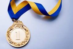 Gouden Kop op een donkerblauwe achtergrond Royalty-vrije Stock Foto's