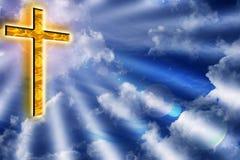 Gouden kruis in bewolkte blauwe hemel Stock Foto's