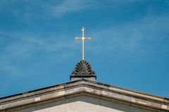 Gouden kruis op kerkdak - godsdienstsymbool - christendom stock foto's