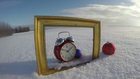 Gouden kunstkader op gebiedssneeuw, Kerstmissnuisterij en klok, tijdtijdspanne 4K stock footage