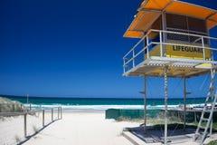 Gouden kuststrand met badmeestertoren Royalty-vrije Stock Foto's