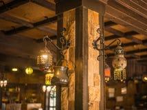 Gouden lantaarns op een limstonemuur Stock Foto's
