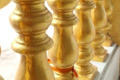Gouden Leuningen bij Thaise Tempel Stock Foto