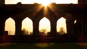 Gouden lichte komst door Poorten van oud paleis Royalty-vrije Stock Foto's