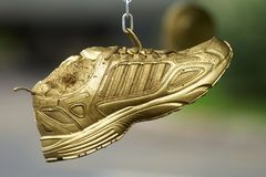 Gouden loopschoenen stock afbeeldingen