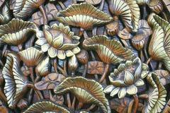 Gouden lotusbloem van houtsnijwerk stock foto's