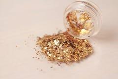 Gouden Lovertjes voor het ontwerp van spijkers in een doos Schitter in kruiken stock foto's