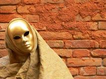 Gouden masker en rode muur Stock Foto's