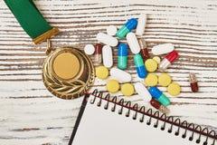 Gouden medaille en verboden drugs stock afbeelding