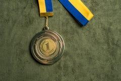 Gouden medaille voor eerste plaats met geel en blauw lint stock afbeeldingen