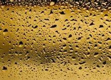 Gouden mening van dichte omhooggaand van condensatie op een witte wijnfles royalty-vrije stock afbeeldingen