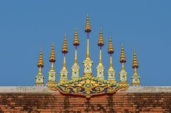 Gouden metaal tiered paraplu Royalty-vrije Stock Foto's