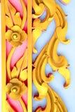 Gouden metaalbeeldhouwwerk van bloemen Stock Foto's