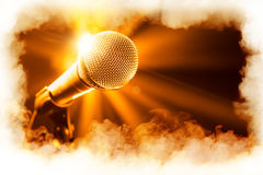 Gouden microfoon op stadium stock foto's