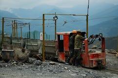 Gouden mijnwerker die een trein in China bevestigen Stock Afbeeldingen