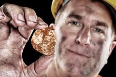 Gouden mijnwerker met goudklompje Stock Foto