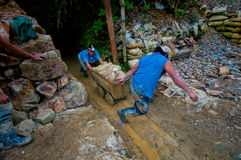 Gouden Mijnwerkers die Kar terugtrekken Royalty-vrije Stock Foto