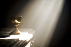 Gouden miskelk in altaar met een straal van goddelijk licht Royalty-vrije Stock Afbeeldingen