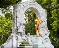 Gouden monument Johann Strauss in Stadspark Wenen stock afbeelding