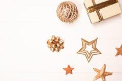 Gouden mooi fonkelend Kerstmisdecor op witte houten achtergrond stock afbeelding
