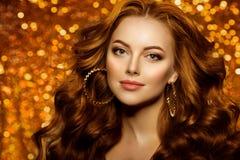 Gouden mooie maniervrouw, model met glanzend gezond lang v stock afbeeldingen