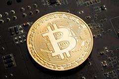 Gouden muntstuk bitcoin op de grafiekkaart stock afbeeldingen